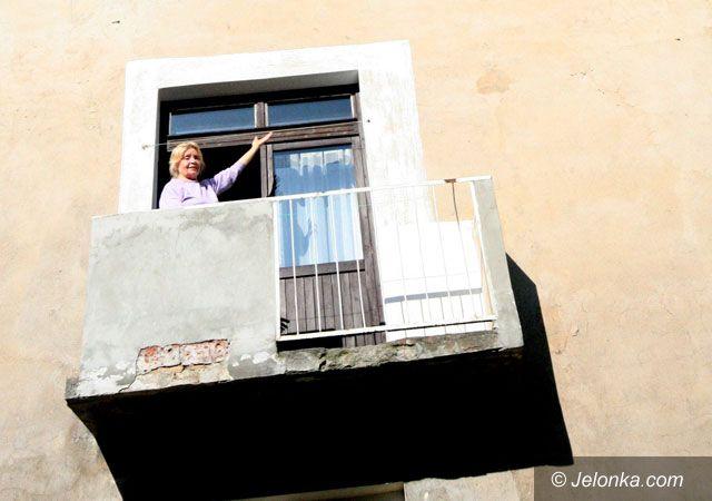 Jelenia Góra: Kawałki tynku zagrażają bezpieczeństwu ludzi