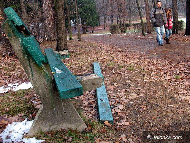 JELENIA GÓRA: Wandalizm na Wzgórzu Kościuszki