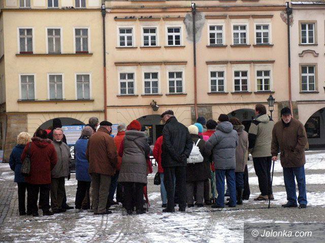 JELENIA GÓRA: Starsi Niemcy podziwiają Jelenią Górę