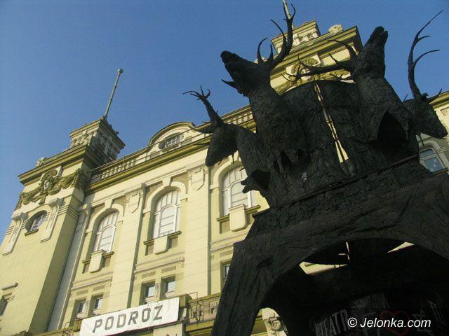 JELENIA GÓRA: Teatr pod obstrzałem