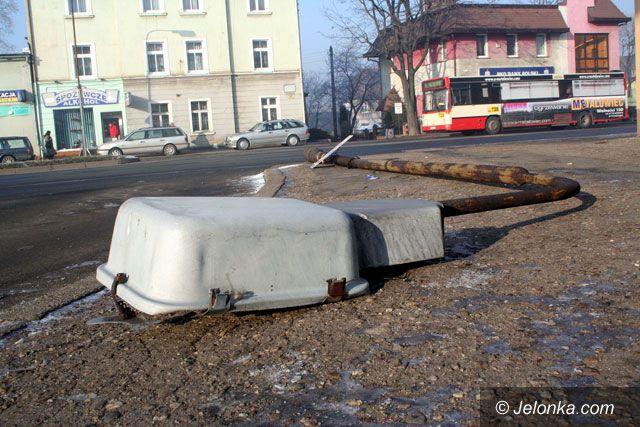 JELENIA GÓRA: Latarnia przewróciła się na autobus