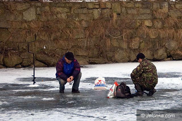 JELENIA GÓRA: Na kruchym lodzie igrają z nieszczęściem
