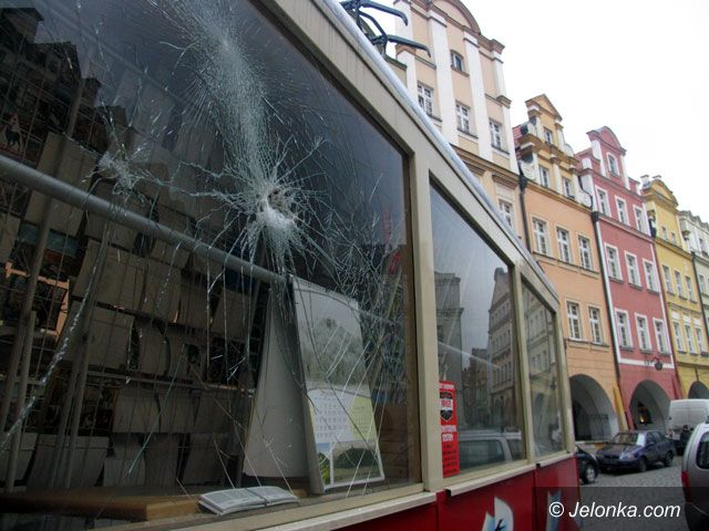 JELENIA GÓRA: Atak wandali na tramwaj