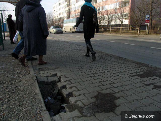 JELENIA GÓRA: Wilcze doły w chodnikach