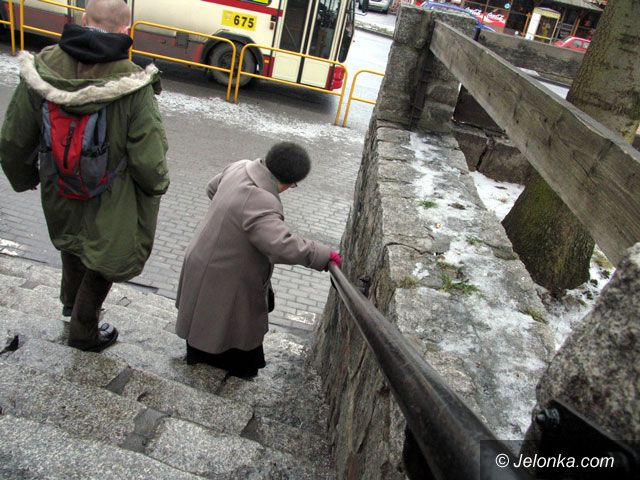 JELENIA GÓRA: Lodowisko na chodnikach