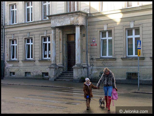 JELENIA GÓRA/ KRAJ: Zabójczy azbest w szkołach