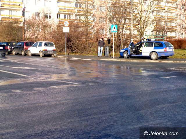 JELENIA GÓRA: Kraksa na śliskim skrzyżowaniu