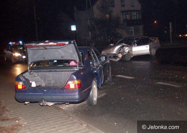 JELENIA GÓRA: Kraksa za przejazdem: trzy osoby poszkodowane