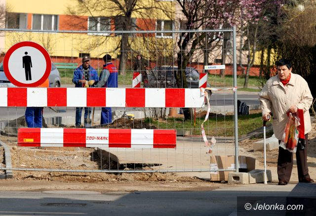 JELENIA GÓRA: Układali rury – ułożą chodniki