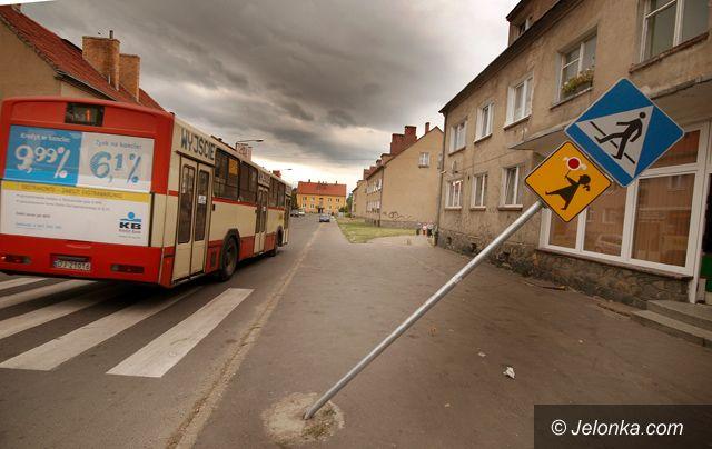 JELENIA GÓRA: Wandale wyżywają się na znakach drogowych