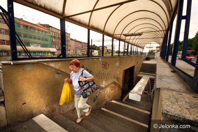 JELENIA GÓRA: Podziemna bariera z brudem i smrodem