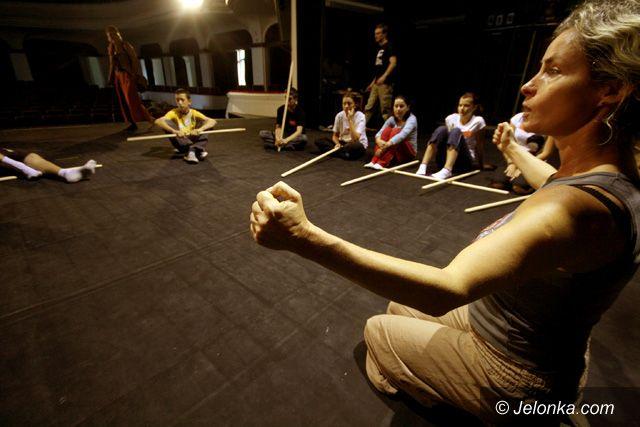 JELENIA GÓRA: Walka i porwanie w teatrze cieni