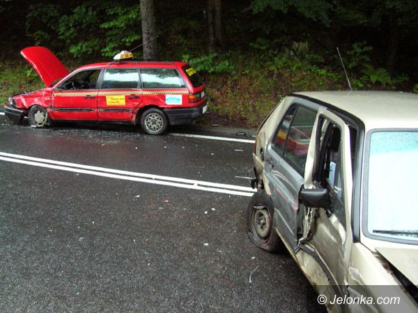 SZKLARSKA PORĘBA: Niebezpiecznie ślisko na drodze do Szklarskiej Poręby