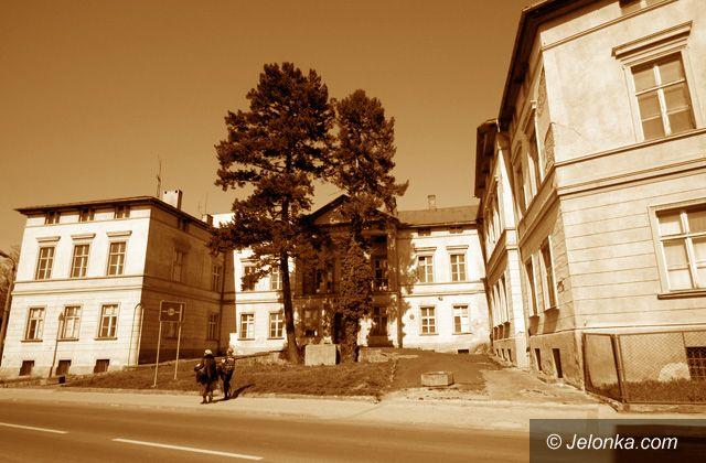 JELENIA GÓRA: Papierowe apartamentowce i hotel