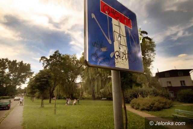 JELENIA GÓRA: Skwerek jak z dzielnicy grozy
