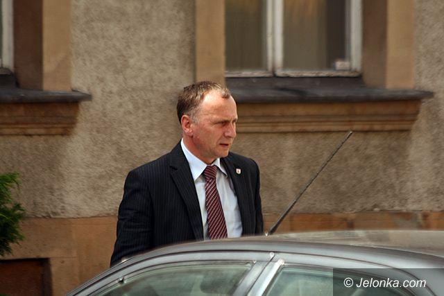 JELENIA GÓRA: Parkingowe manewry władzy przed magistratem