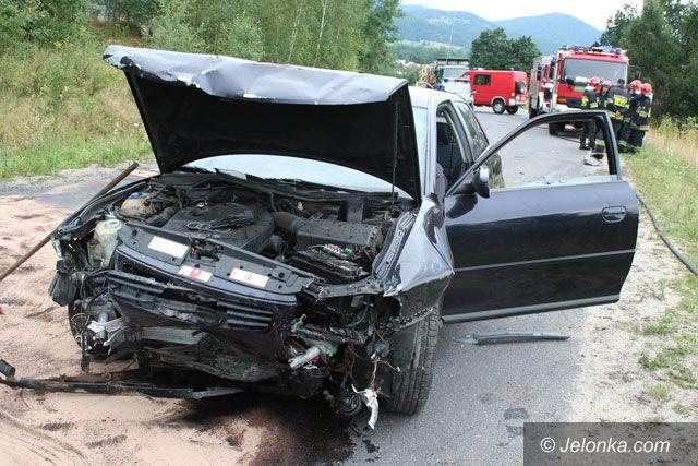 JELENIA GÓRA: Czołówka po dużej wódce  – dwie osoby trafiły do szpitala