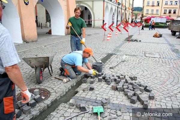 Jelenia Góra: Robotnicy na bruku i szwindle w Rynku