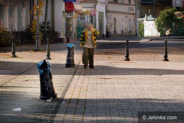 JELENIA GÓRA: Niszczą latarnie na placu Piastowskim