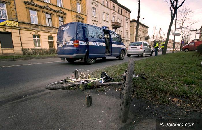 JELENIA GÓRA: Wpadają z rowerami pod samochód