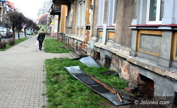 JELENIA GÓRA: Kawałki dachu spadły blisko przechodniów