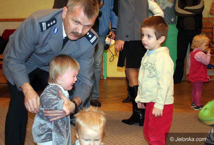 JELENIA GÓRA: Mikołaje w mundurach opanowali dom dziecka