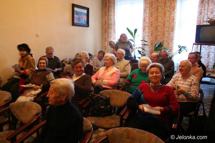 JELENIA GÓRA: Przynieśli starszym choinkę nadziei