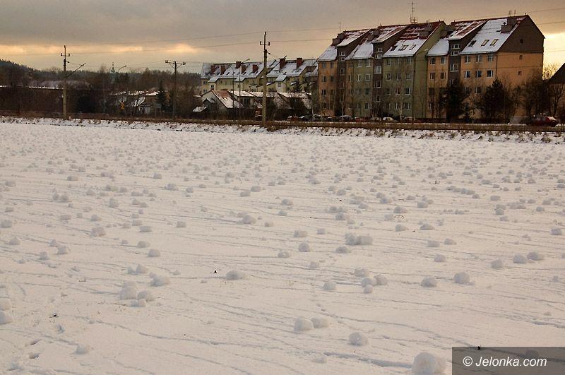 JELENIA GÓRA: Śnieżne cylindry stworzone przez wiatr