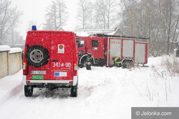 Jelenia Góra: Zawał na dachu w zwałach śniegu