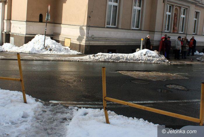 JELENIA GÓRA: Wycięli barierki na Korczaka