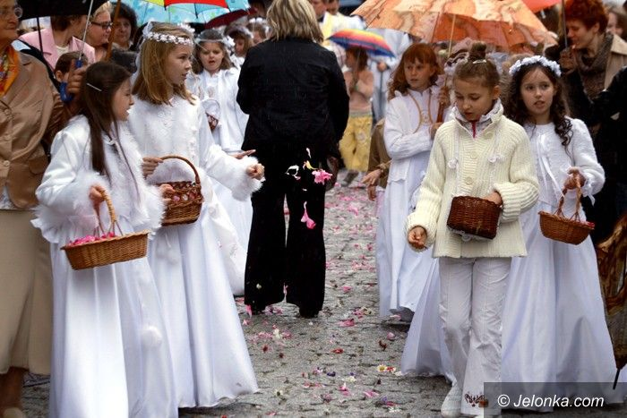 JELENIA GÓRA: Wyznanie wiary pod parasolami – video