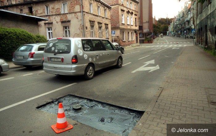 JELENIA GÓRA: Drogowe pułapki na ulicy Matejki