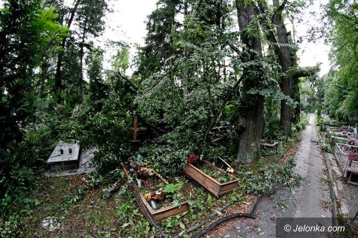 JELENIA GÓRA: Nawałnica zniszczyła cmentarz