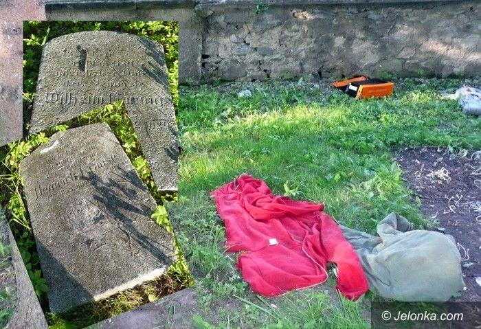 REGION: Mają ubaw pod cmentarzem