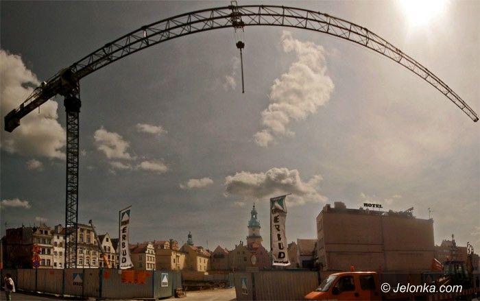 JELENIA GÓRA: Potężny żuraw nad Pasażem Grodzkim