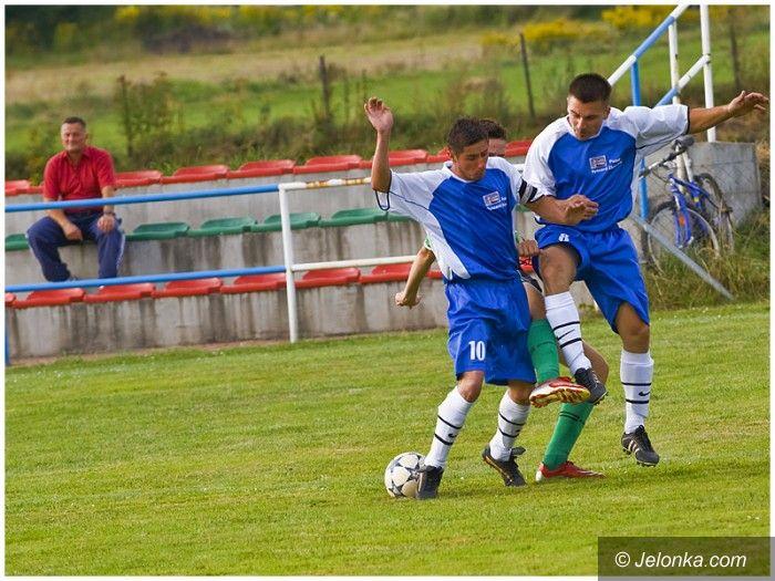 Jelenia Góra - Jeżów Sudecki: Lotnik wygrywa z piłką w nogawce – fotoreportaż