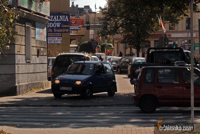 JELENIA GÓRA: Parkowanie na chodniku zakazane