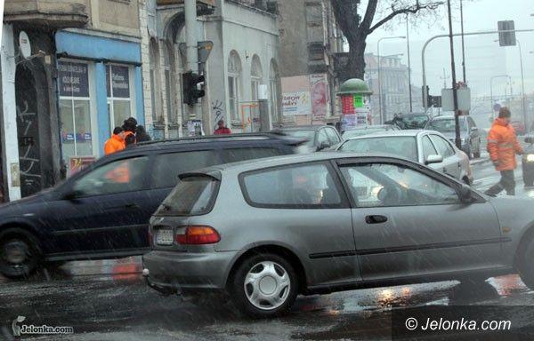 JELENIA GÓRA: Przedświątecznie w śniegu z deszczem