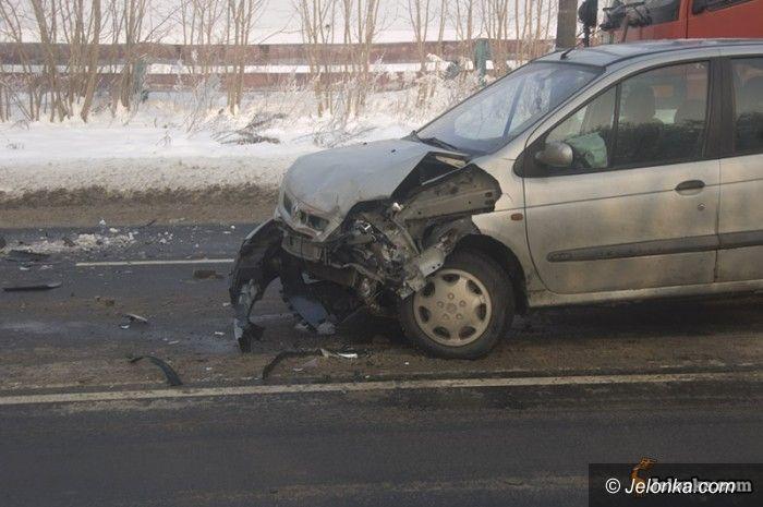 JELENIA GÓRA: Po kraksie z autobusem dwie osoby w szpitalu