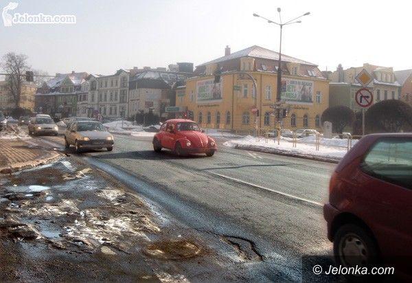 JELENIA GÓRA: Prowizoryczne łatanie dziurawych ulic