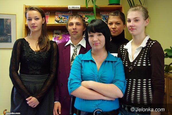 JELENIA GÓRA: Młodzi sprzedawcy za ladą