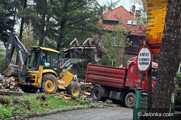 JELENIA GÓRA: Sprzątają gruzowisko przy ul. Słowackiego