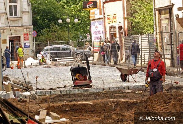 JELENIA GÓRA: Brukowanie ulic wokół pasażu