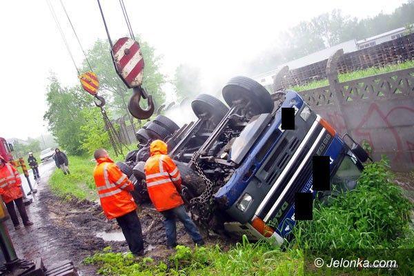 JELENIA GÓRA: Ciężarówka ugrzęzła w rowie