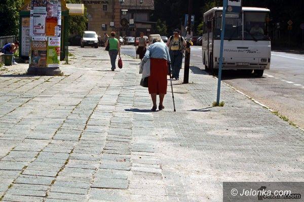 JELENIA GÓRA: Taki chodnik i ulica to wstyd