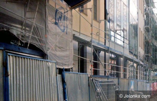 JELENIA GÓRA: Wypadek na budowie Pasażu Grodzkiego – sześciolatek w szpitalu