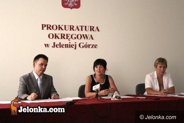 JELENIA GÓRA/kraj: Prokuratura przed sądami za corhydron