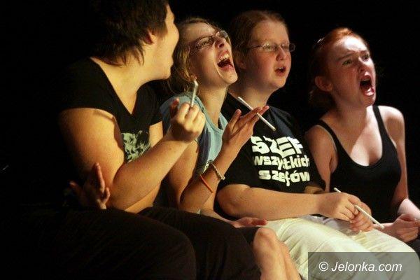 JELENIA GÓRA: Mdlenie na scenie i dialogi balonów