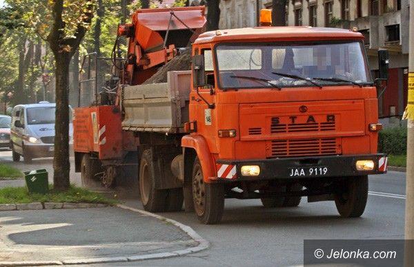 JELENIA GÓRA: Sprzątają ulice z brudów