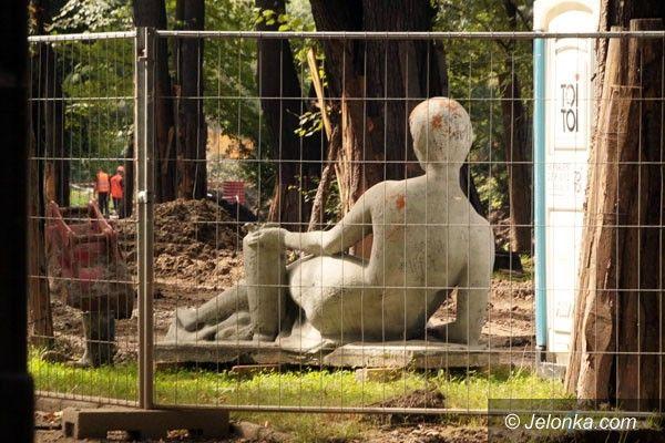 JELENIA GÓRA: Rzeźba Marysieńki przy wychodku